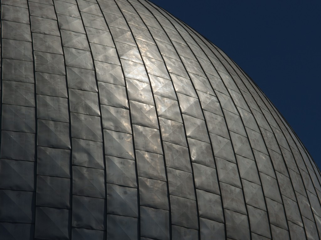 Oberflächenstruktur auf der Kuppel des Planetariums